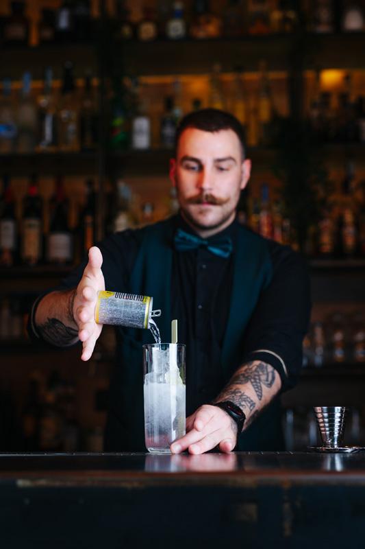 Un barman a lavoro per pubblicizzare evento Il Laboratorio del Drink