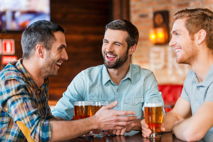 Tre ragazzi che si godono delle birre, perfette grazie alla spillatura